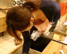 接客中に前屈みになったショップ店員の胸チラの盗み撮り画像