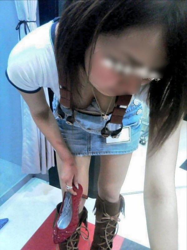 ショップ店員の前屈み胸チラ 7