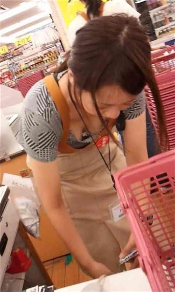 ショップ店員の前屈み胸チラ 11