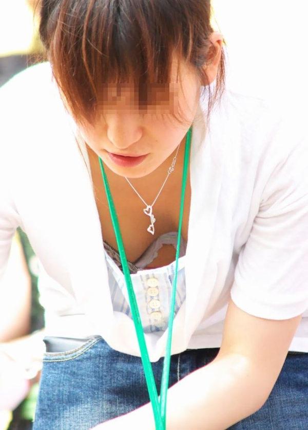 ショップ店員の前屈み胸チラ 14