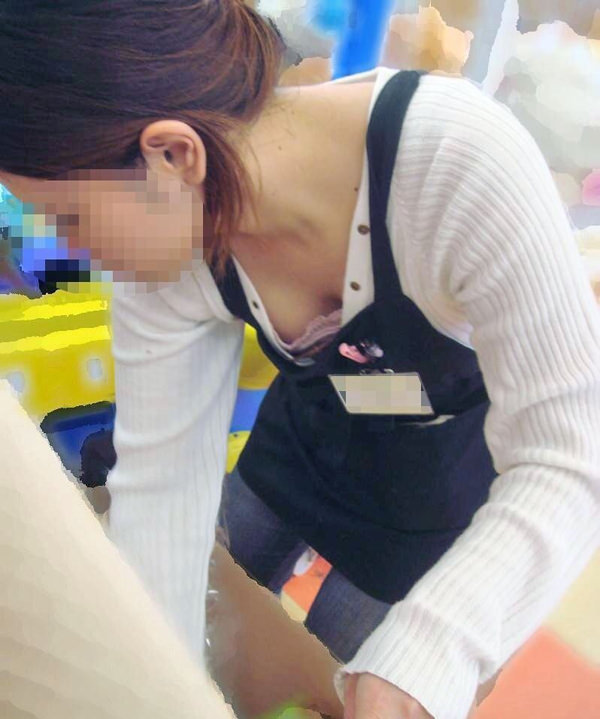 ショップ店員の前屈み胸チラ 19