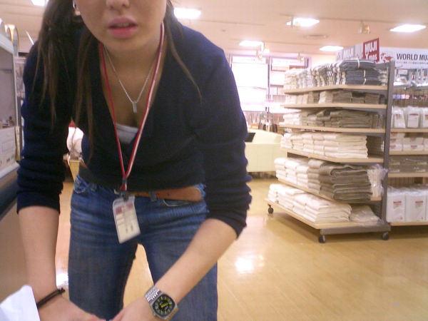 ショップ店員の前屈み胸チラ 24