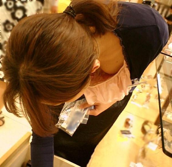 ショップ店員の前屈み胸チラ 26