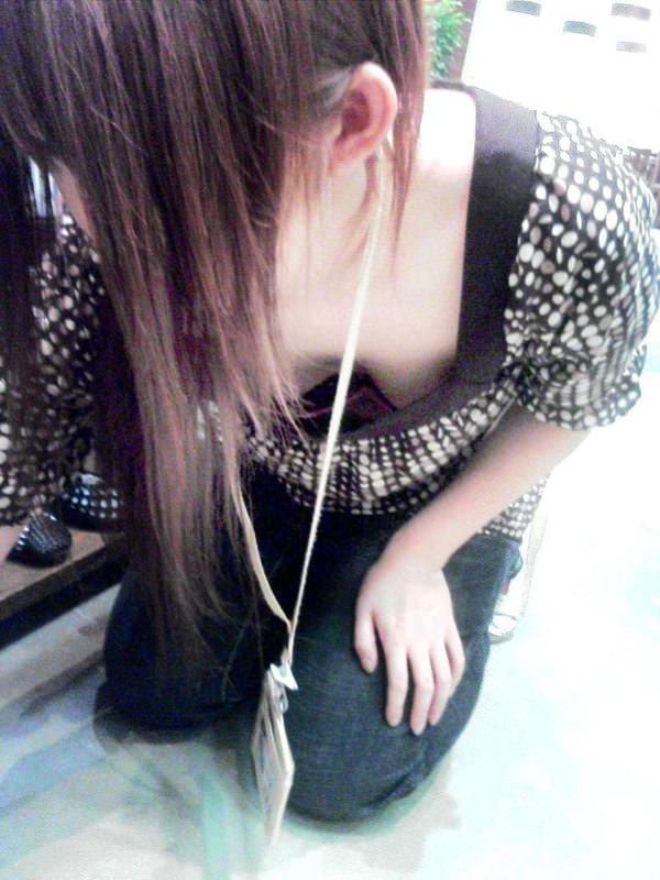 ショップ店員の前屈み胸チラ 28