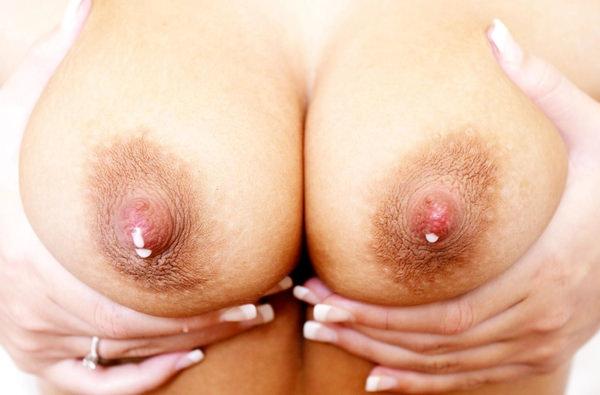 母乳が滲んだ乳首の接写 8