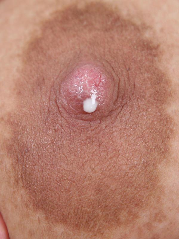 母乳が滲んだ乳首の接写 10