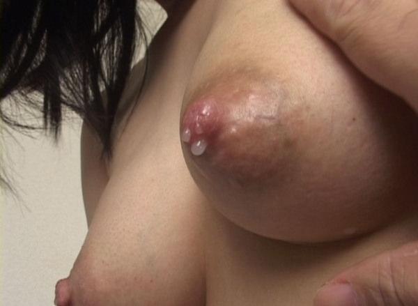 母乳が滲んだ乳首の接写 12