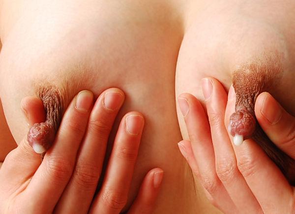 母乳が滲んだ乳首の接写 18