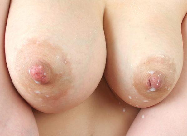 母乳が滲んだ乳首の接写 21