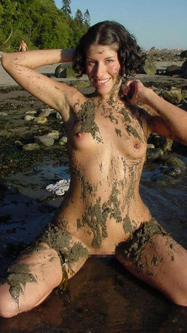 外国人の泥まみれヌード 9
