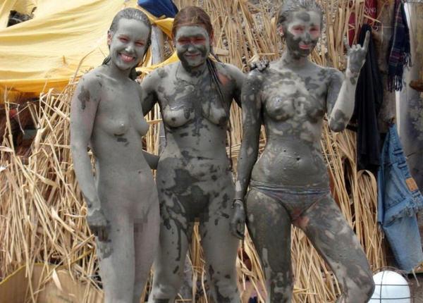 外国人の泥まみれヌード 11