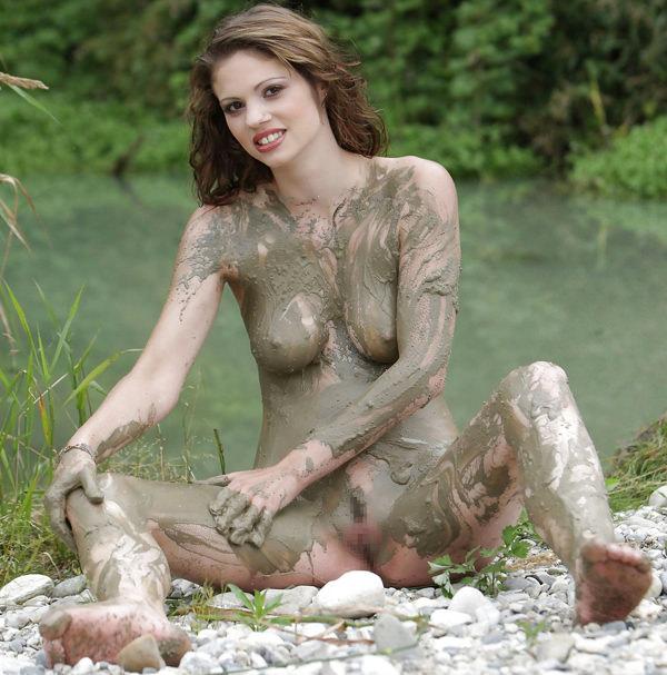 外国人の泥まみれヌード 16