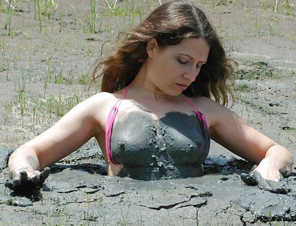 外国人の泥まみれヌード 17