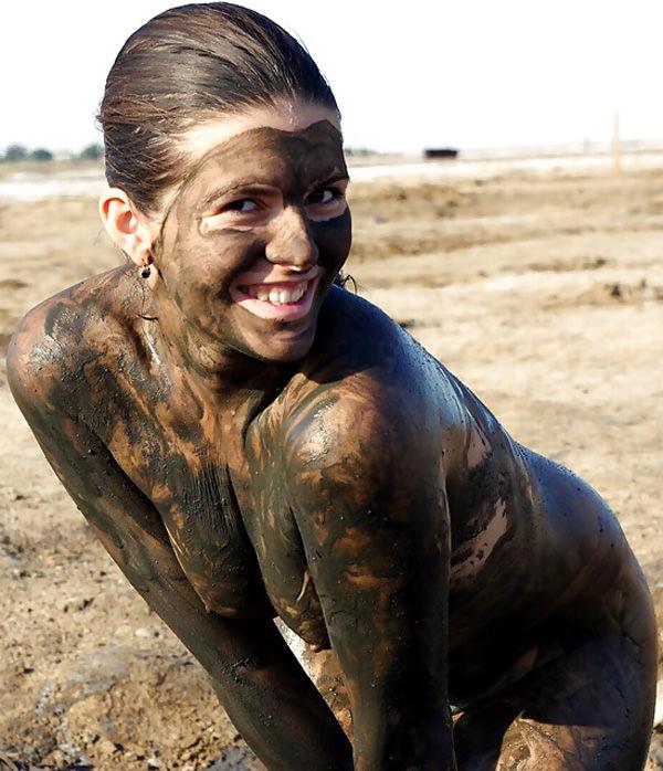 外国人の泥まみれヌード 18