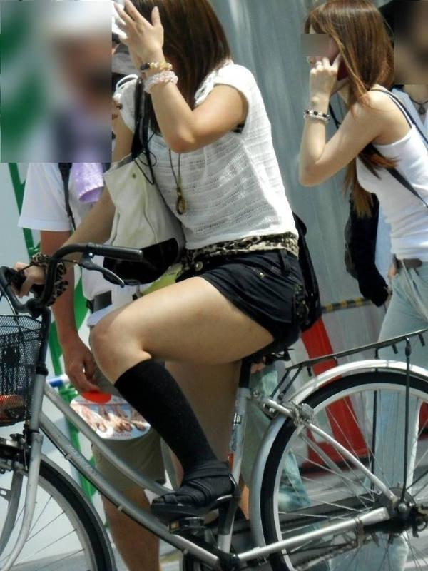 ホットパンツで自転車に乗る素人 2