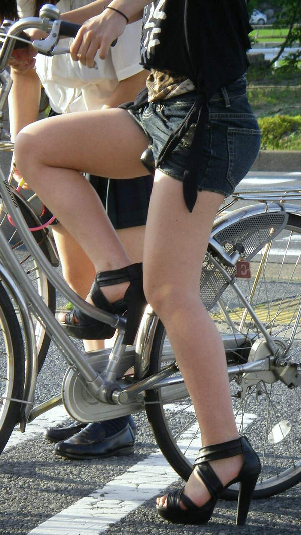 ホットパンツで自転車に乗る素人 3