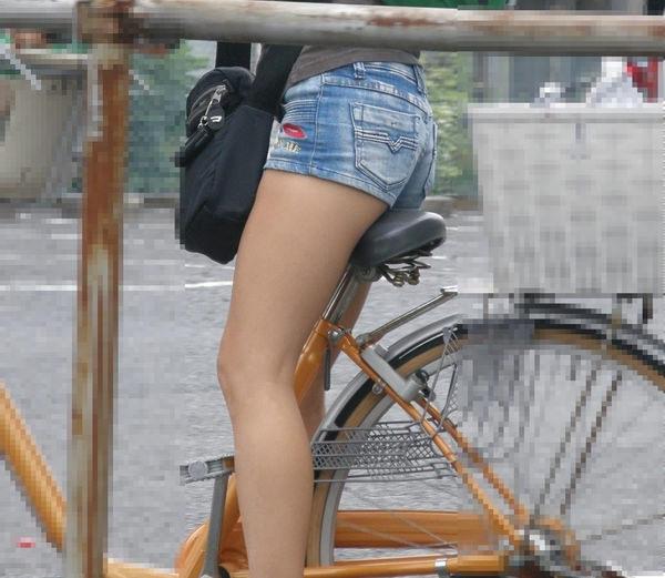 ホットパンツで自転車に乗る素人 4