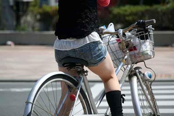 ホットパンツで自転車に乗る素人 6
