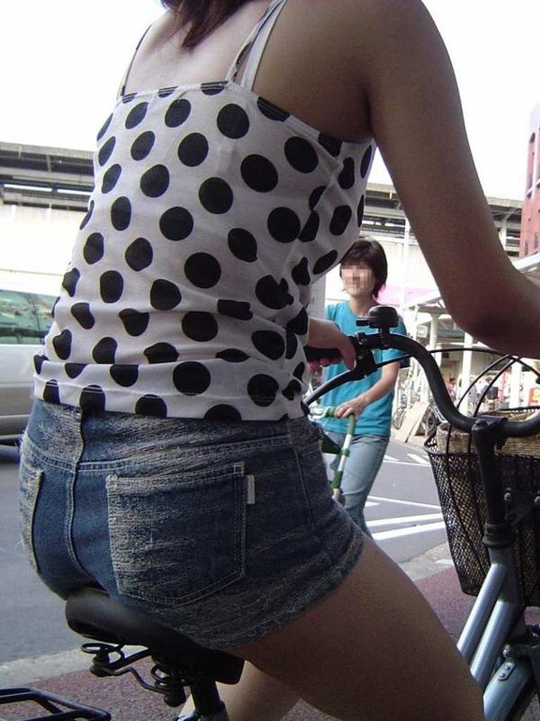 ホットパンツで自転車に乗る素人 7