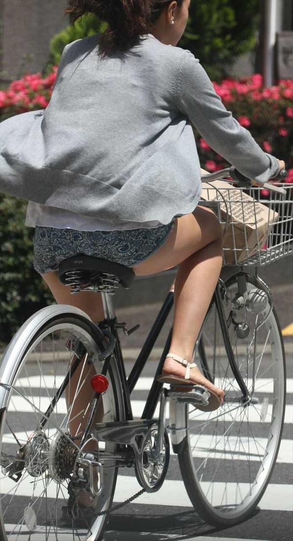 ホットパンツで自転車に乗る素人 11