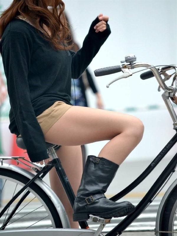 ホットパンツで自転車に乗る素人 12