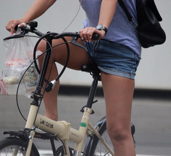 ホットパンツで自転車に乗る素人 13