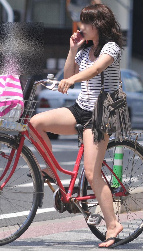ホットパンツで自転車に乗る素人 17