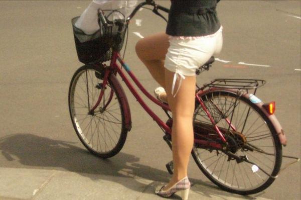 ホットパンツで自転車に乗る素人 19