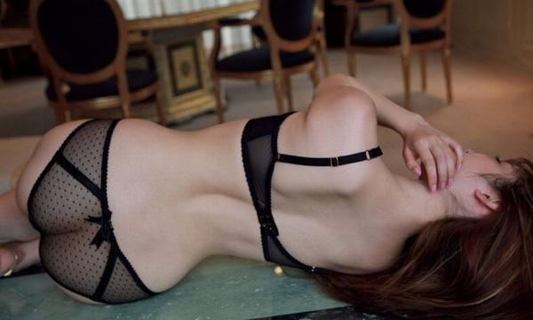 背中から見たセクシーランジェリー姿の女の子 1