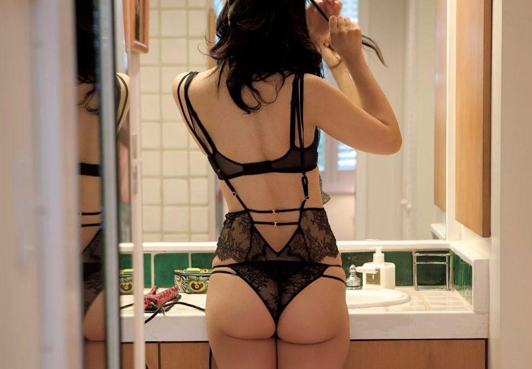 大人の魅力に溢れる背面から見たセクシーランジェリー姿の女の子