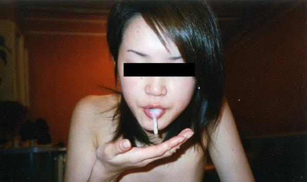 素人の口内射精された口の中 10