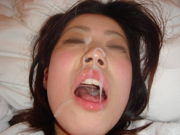 素人の口内射精された口の中 25