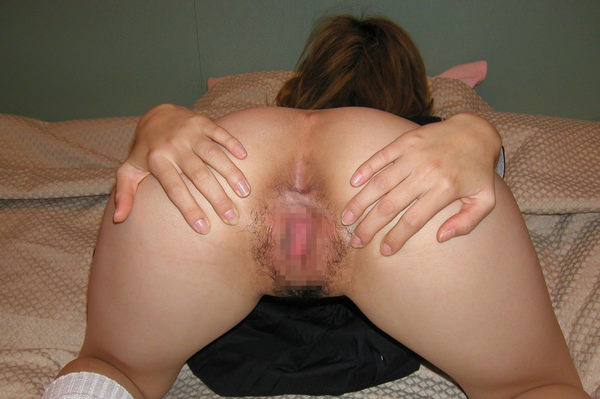 お尻を広げてアナルを見せてる女の子 21