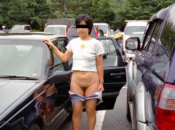 駐車場で野外露出 15
