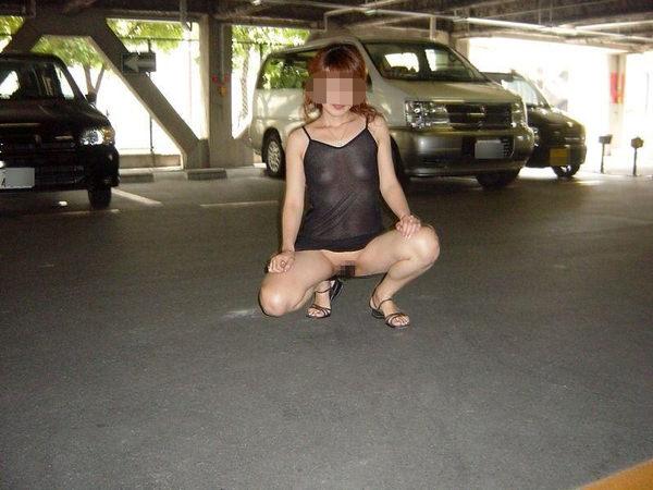 駐車場で野外露出 19