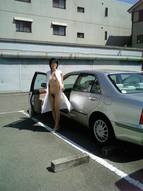 駐車場で野外露出 22