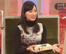 NHK 知的美女アナ小郷知子のタートルネックの横乳がスゴイ!!