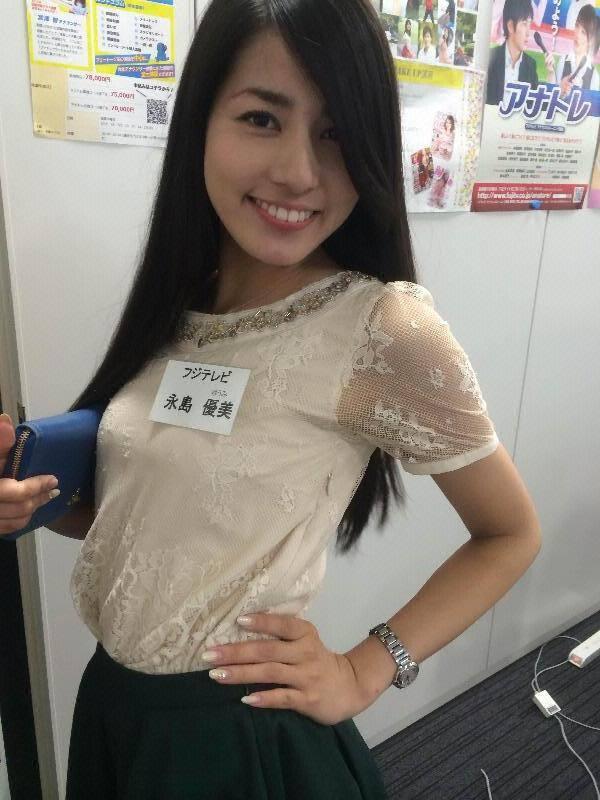 腰に手をあて胸を張ってる永島優美