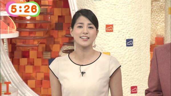 ベージュのTシャツ姿の永島優美
