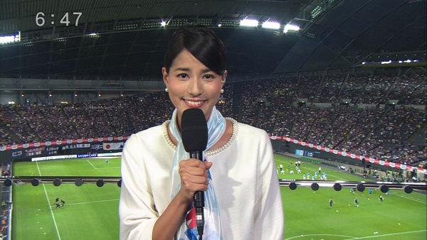 サッカー中継のレポートをする永島優美