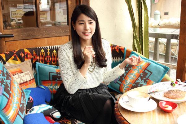 カフェでお茶をする永島優美