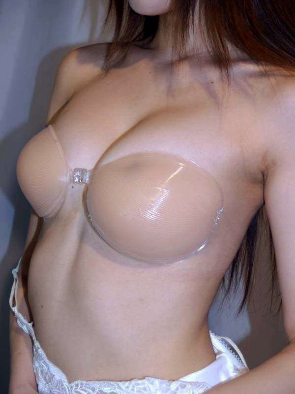 肌色ヌーブラを着けてる女の子 18