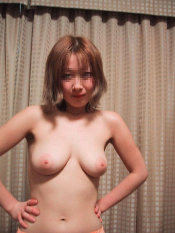 素人のピンク色の乳首 26
