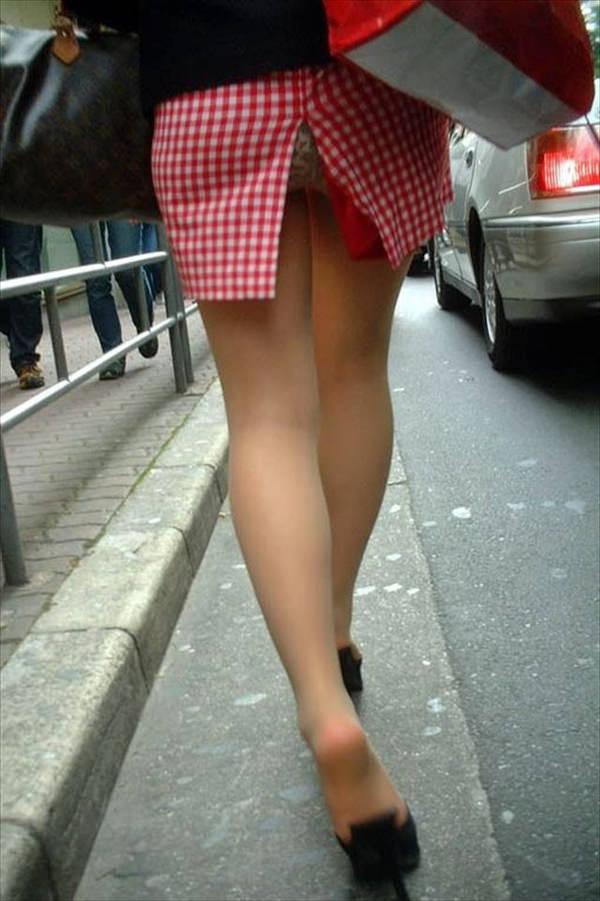 素人のスリットスカートのパンチラ 1