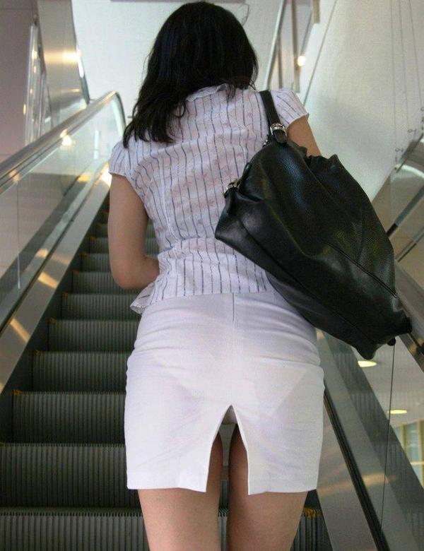 素人のスリットスカートのパンチラ 2