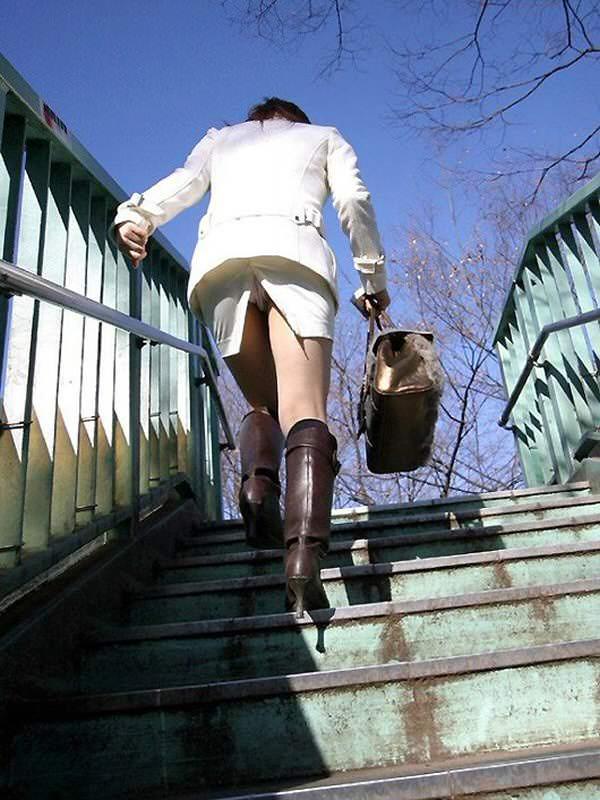 素人のスリットスカートのパンチラ 4