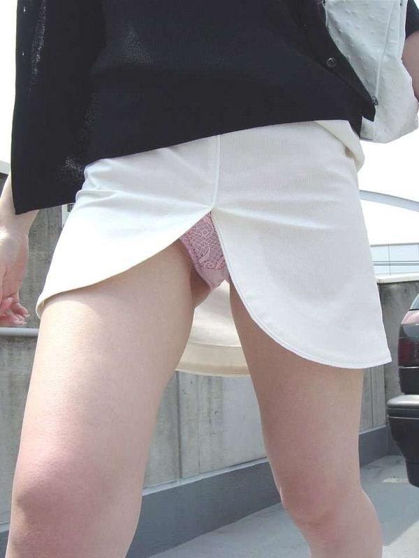 素人のスリットスカートのパンチラ 5