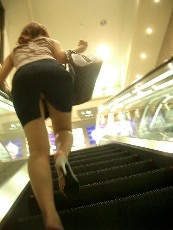 素人のスリットスカートのパンチラ 8