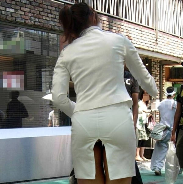素人のスリットスカートのパンチラ 12