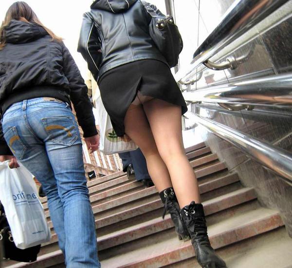 素人のスリットスカートのパンチラ 13